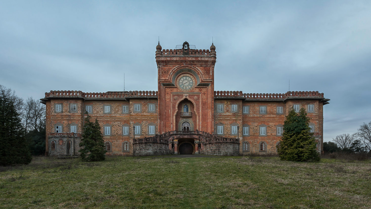 Beautiful abandoned buildings tour an abandoned castle in tuscany - The beauty of an abandoned house the art behind the crisis ...