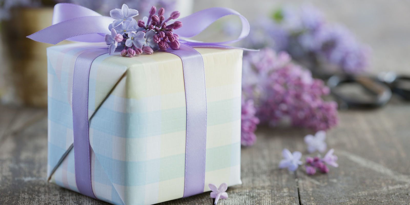 How Much to Spend on a Wedding Gift - Wedding Guest Etiquette