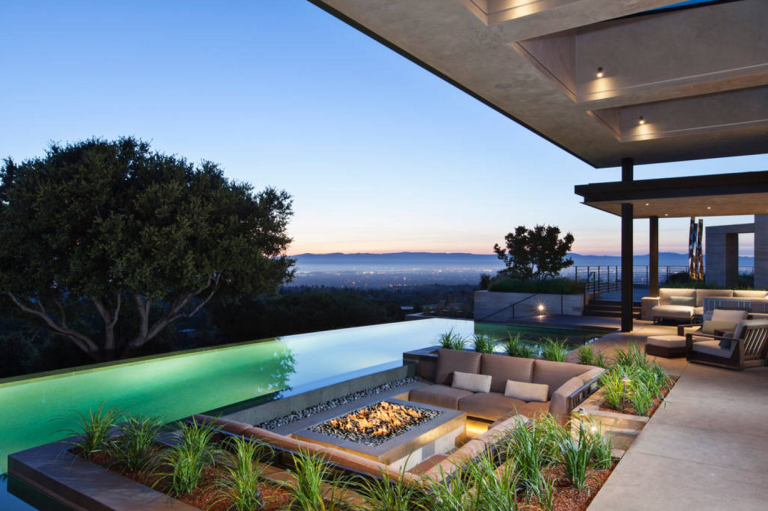 Beyoncé, Jay Z, and Blue Ivy went the Airbnb route for Super Bowl 50. The famous family rented this $10,000 a night, five-bedroom, five-bathroom home that features a beautiful infinity pool and sweeping views of the San Francisco Bay Area.