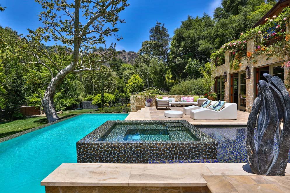 jennifer lopez buys los angeles mansion latest celebrity. Black Bedroom Furniture Sets. Home Design Ideas