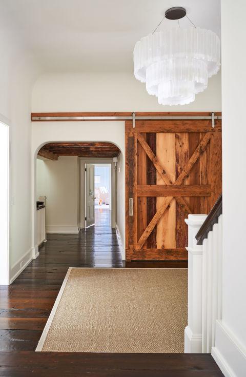 http://edc.h-cdn.co/assets/16/44/480x735/gallery-1478110682-alec-baldwin-home-hallway.jpg